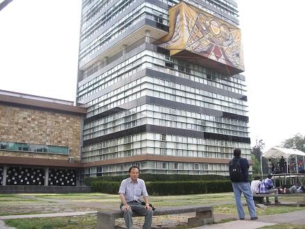 UNAM toshokan mae kousha1 440pc