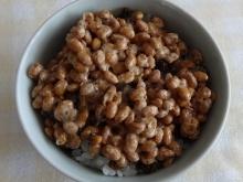 ごはんに、生七味をパラパラと。その上に納豆をかけました。混ぜるよりこの方が好き。