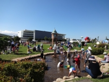 天気が良いので、水遊びの子供もいっぱい。