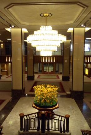 S20140815帝国ホテル階段ひまわり