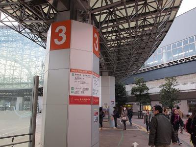 金沢駅にてバスを待つ