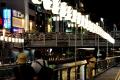 道頓堀川の遊歩道から対岸の万灯を臨む③