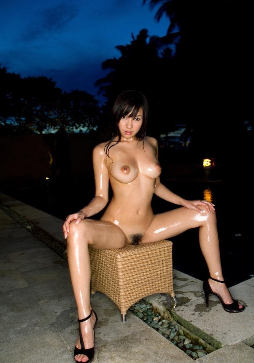 M字開脚でマンコをしっかりアピールする淫乱女のエロ画像 5