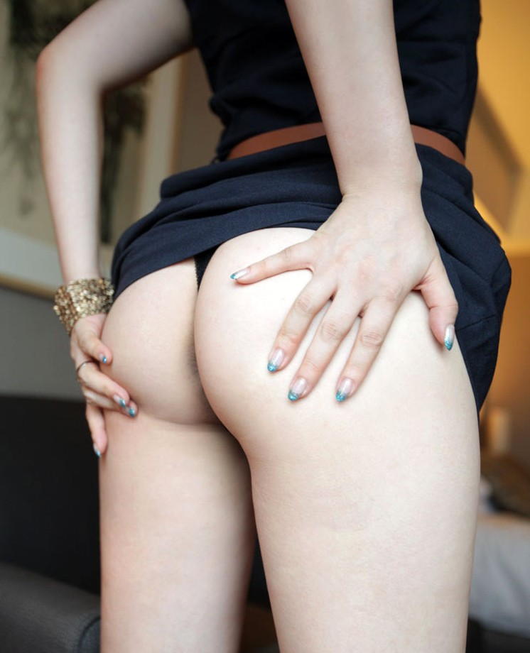 お尻の穴はもちろんアソコの穴にまで食い込むTバック美尻画像 7