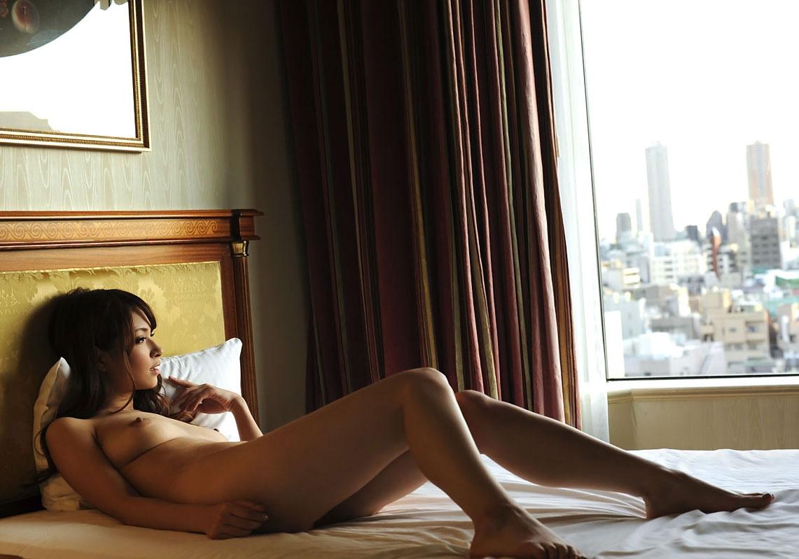 アソコの毛や乳首が丸見えなお姉さんの全裸ヌード写真 8