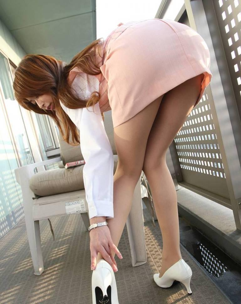 パンストにタイトスカートが超エロい!スーツを着たOLの美脚エロ画像 12