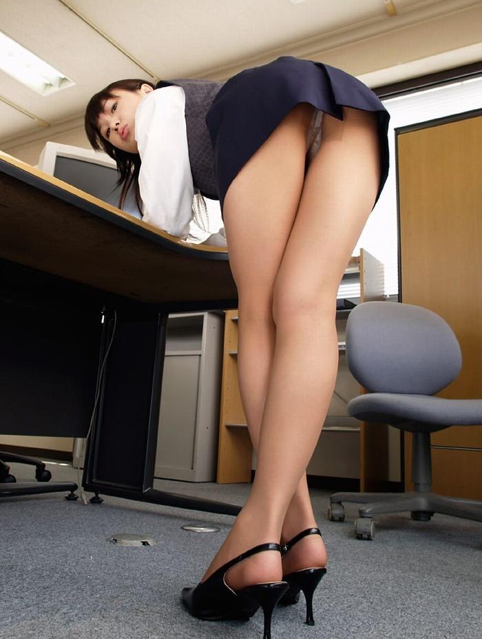 パンストにタイトスカートが超エロい!スーツを着たOLの美脚エロ画像 13
