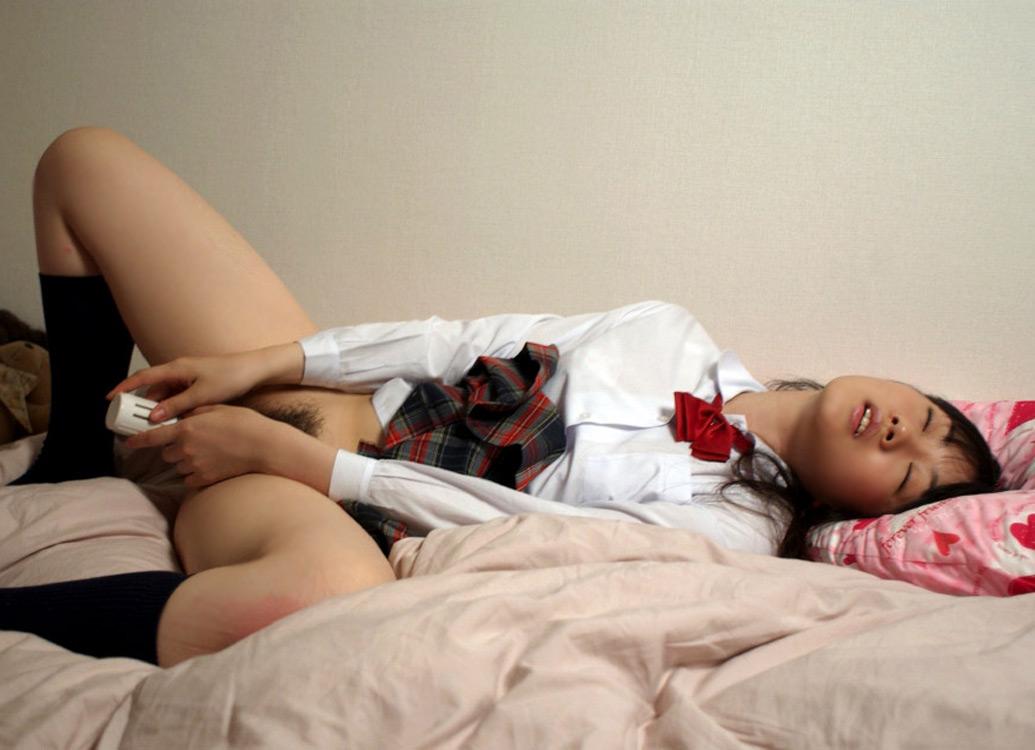【自慰】バイブを使ってマンコを刺激している過激な女のオナニー画像 14