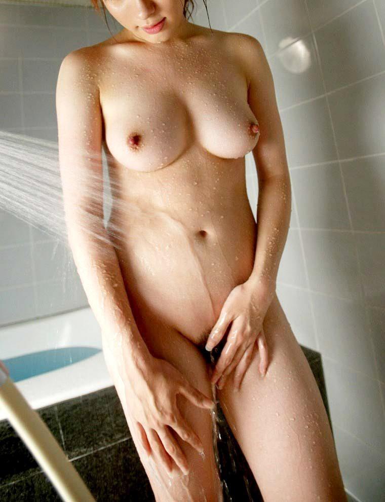 お風呂でシャワーを浴びてる女の子のエロ画像 14