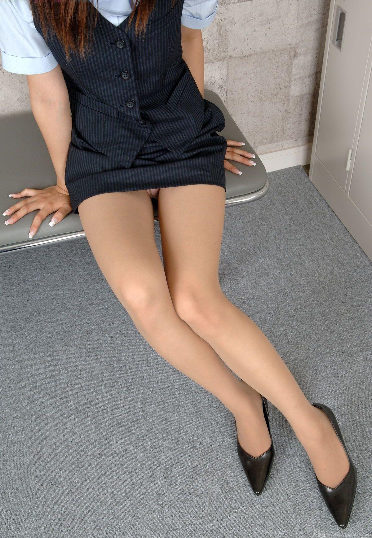 パンストやハイヒールの似合う綺麗な脚の美脚エロ画像 19