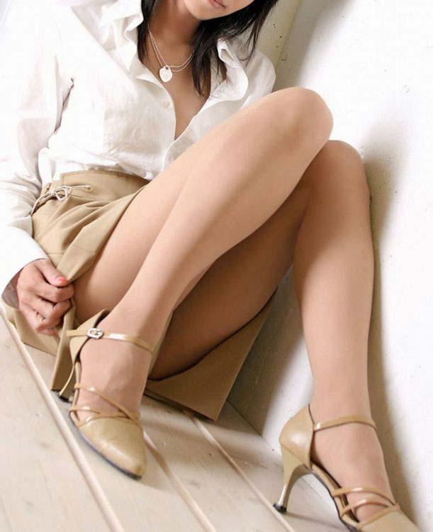 パンストにタイトスカートが超エロい!スーツを着たOLの美脚エロ画像 21