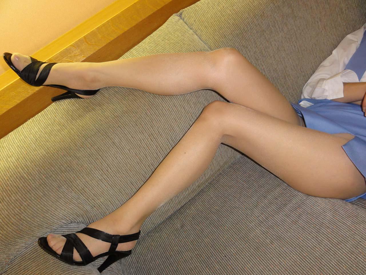 パンストにタイトスカートが超エロい!スーツを着たOLの美脚エロ画像 22