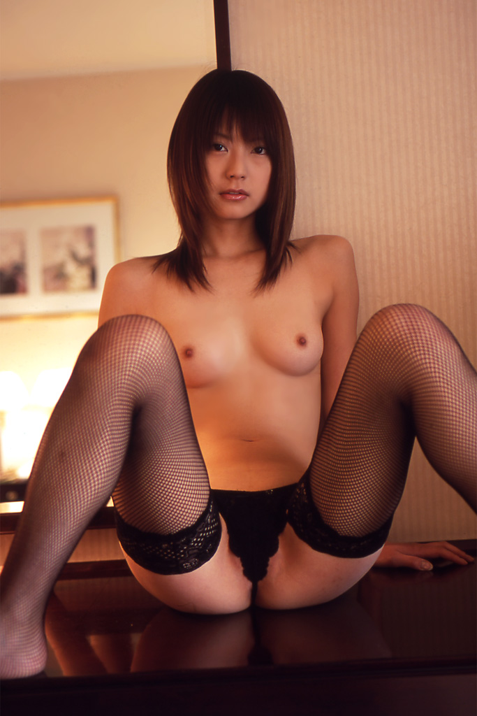 M字開脚でマンコをしっかりアピールする淫乱女のエロ画像 26
