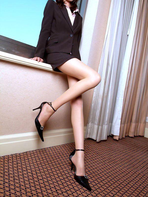 パンストやハイヒールの似合う綺麗な脚の美脚エロ画像 32