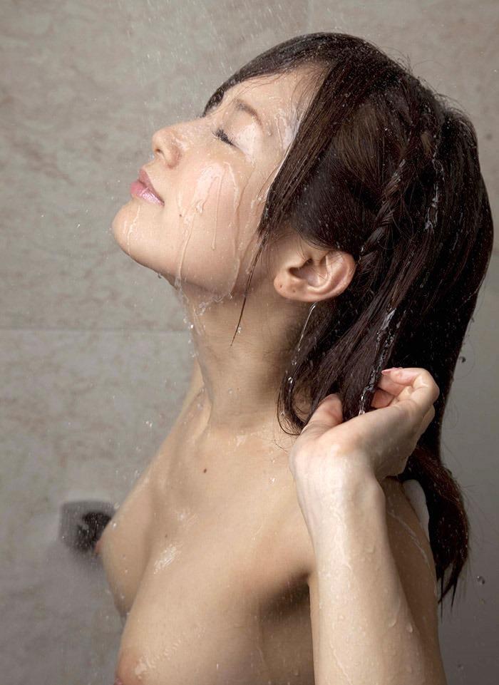 お風呂でシャワーを浴びてる女の子のエロ画像 34