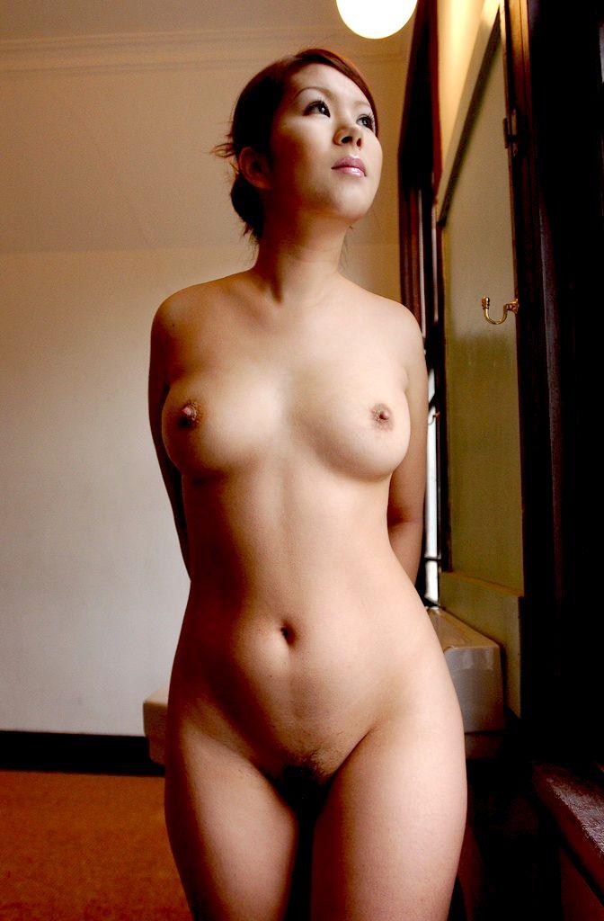 マン毛が見えてる全裸フルヌード画像 34
