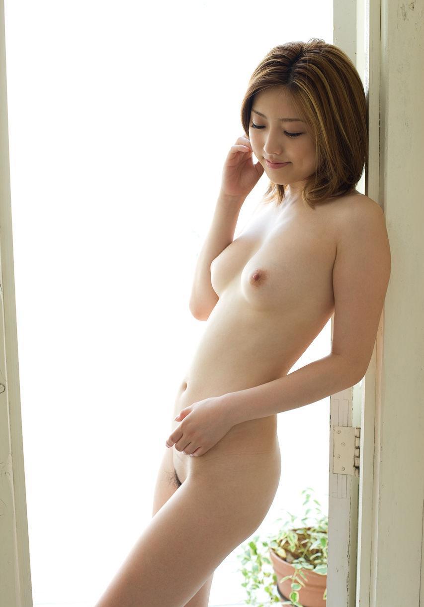 アソコの毛や乳首が丸見えなお姉さんの全裸ヌード写真 36