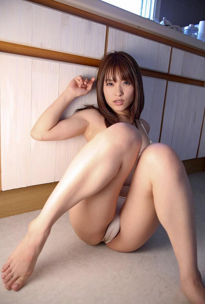 M字開脚する綺麗なお姉さんのエロ画像 38