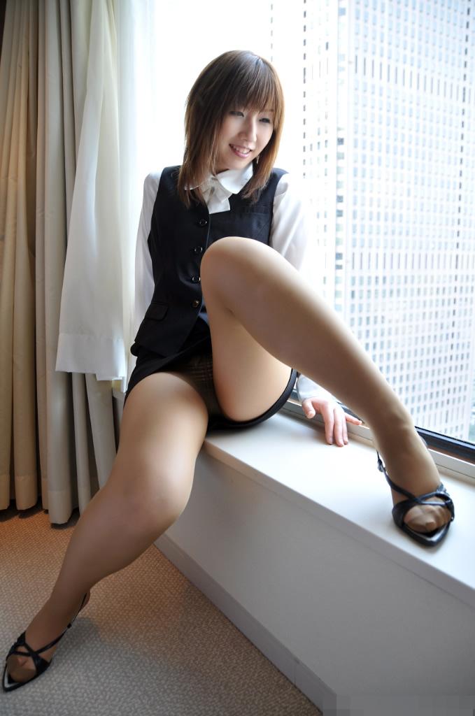 パンストにタイトスカートが超エロい!スーツを着たOLの美脚エロ画像 40