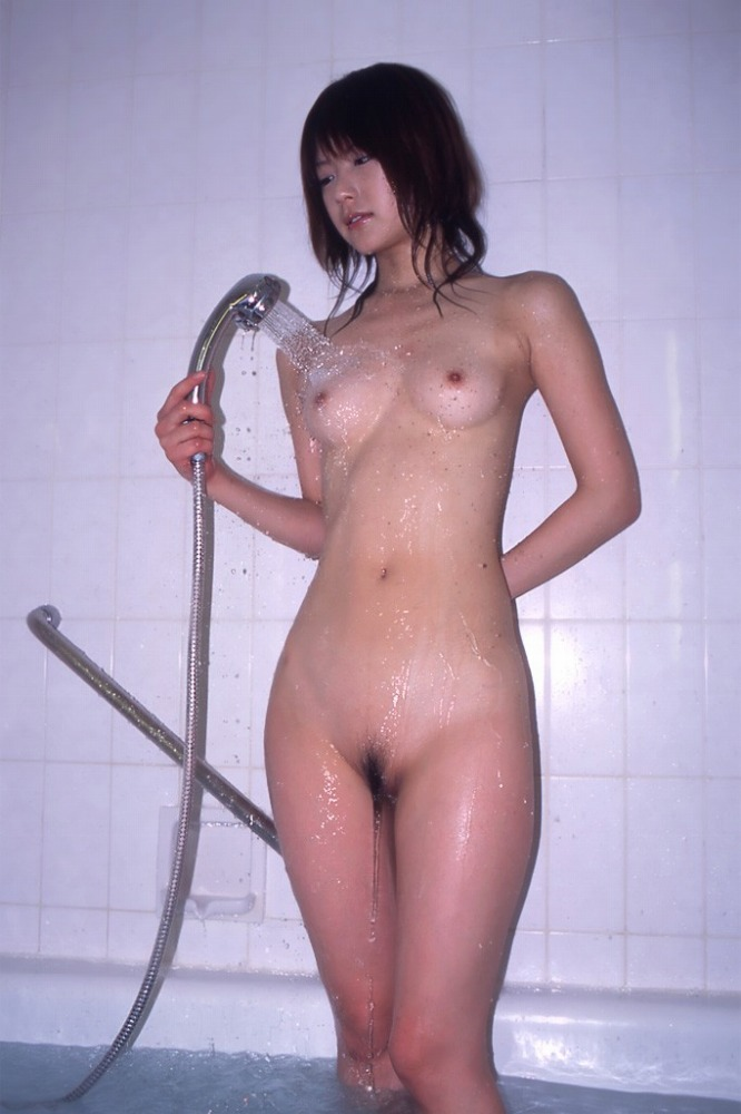 お風呂でシャワーを浴びてる女の子のエロ画像 41