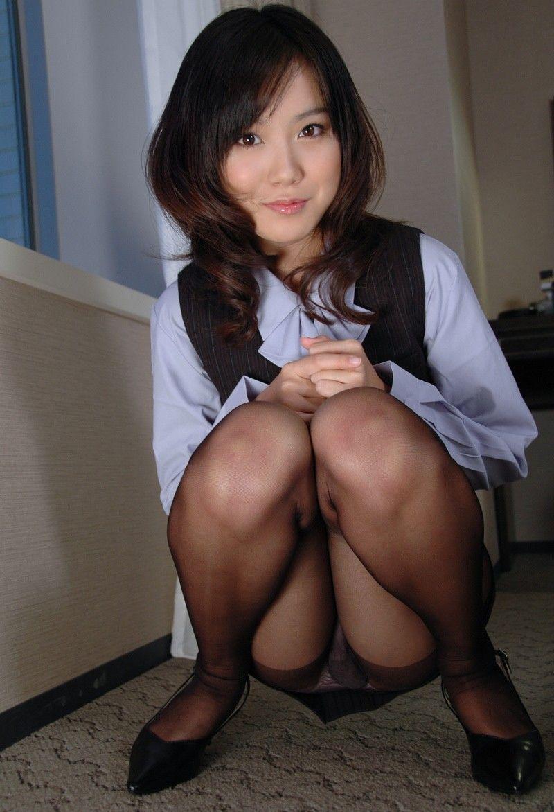 パンストにタイトスカートが超エロい!スーツを着たOLの美脚エロ画像 47