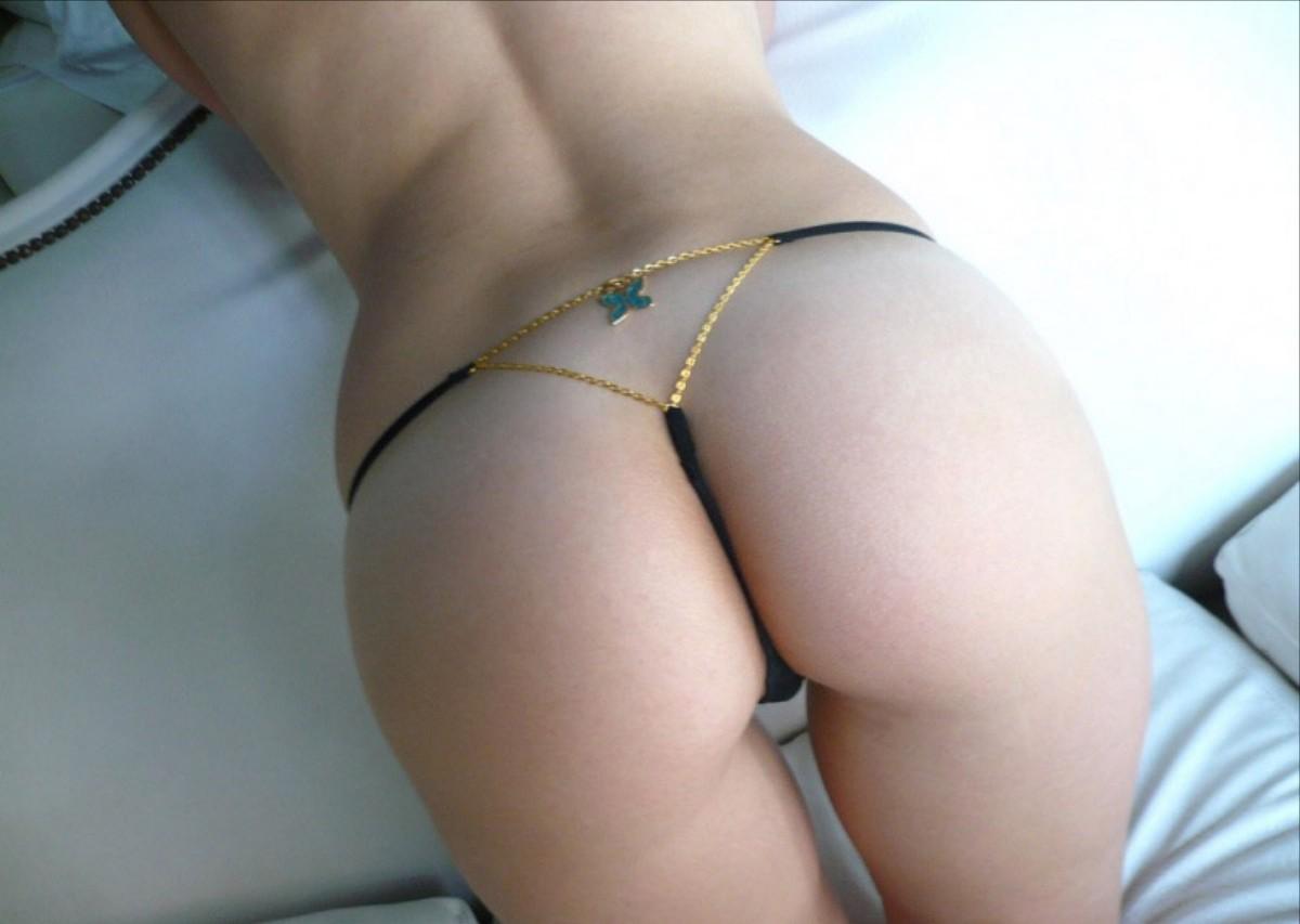 お尻の穴はもちろんアソコの穴にまで食い込むTバック美尻画像 51