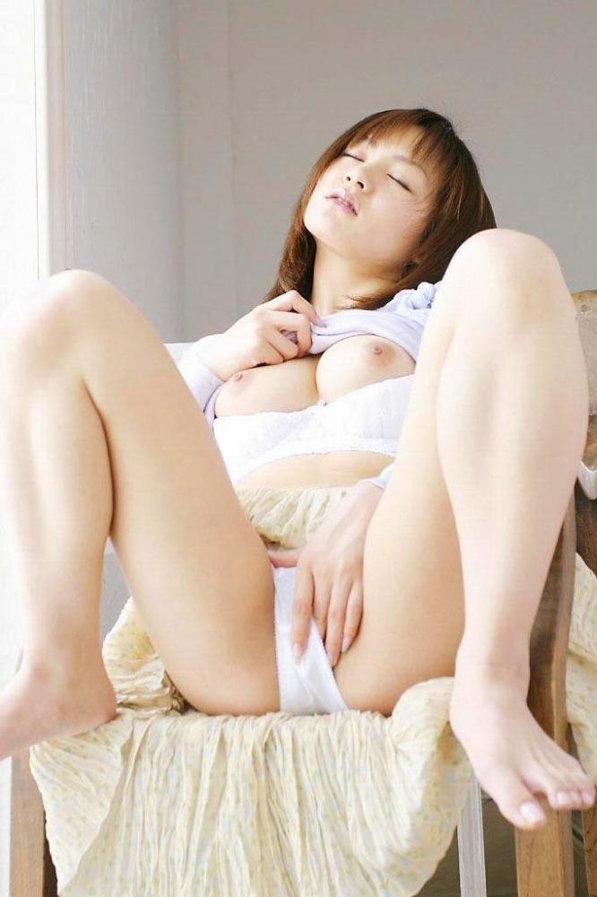 M字開脚する綺麗なお姉さんのエロ画像 52