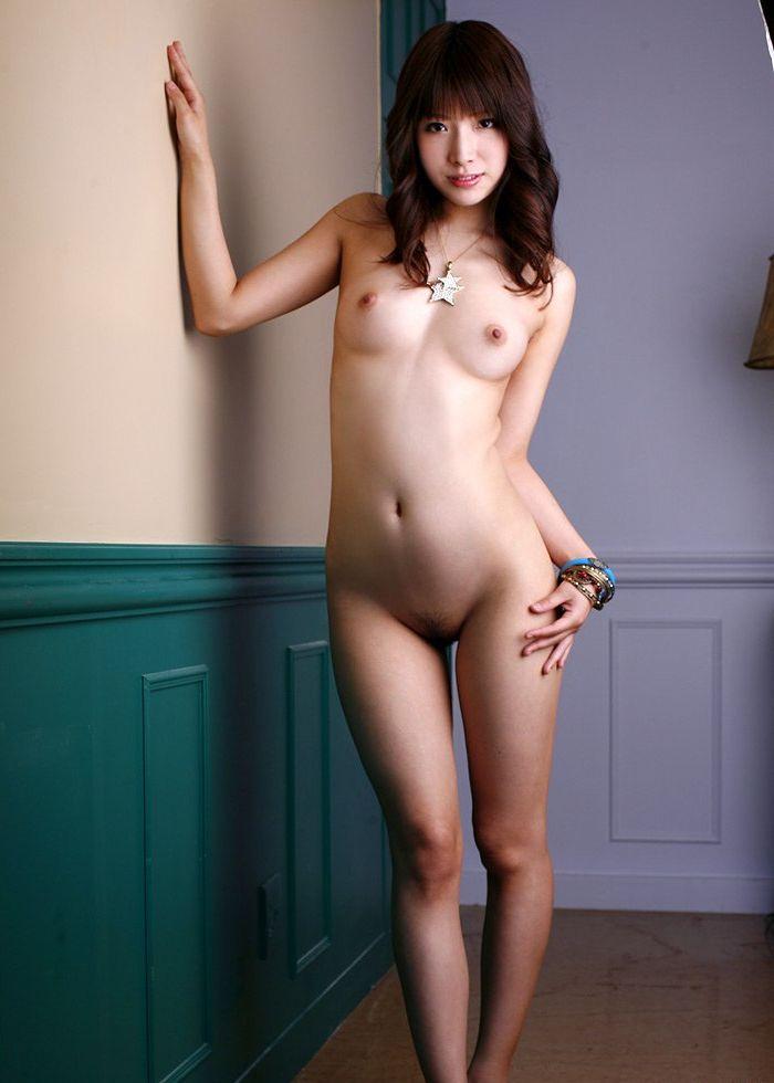 アソコの毛や乳首が丸見えなお姉さんの全裸ヌード写真 56