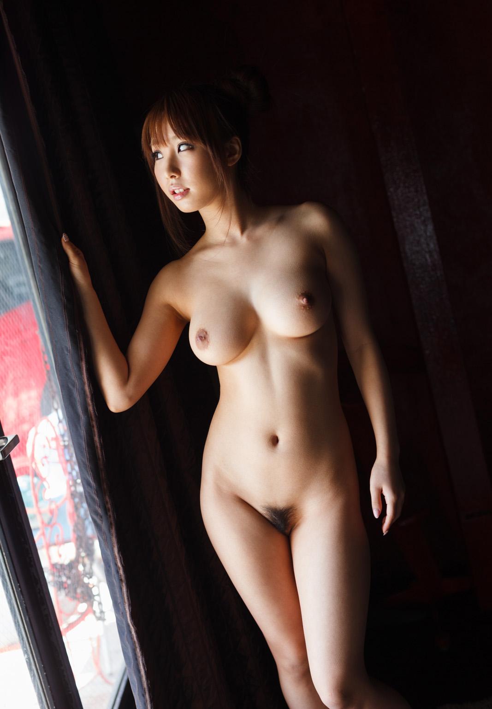 アソコの毛や乳首が丸見えなお姉さんの全裸ヌード写真 64
