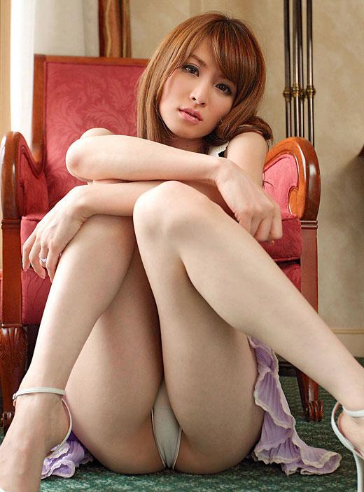 M字開脚する綺麗なお姉さんのエロ画像 67