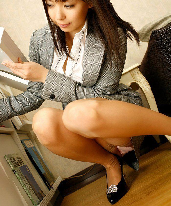 パンストにタイトスカートが超エロい!スーツを着たOLの美脚エロ画像 73