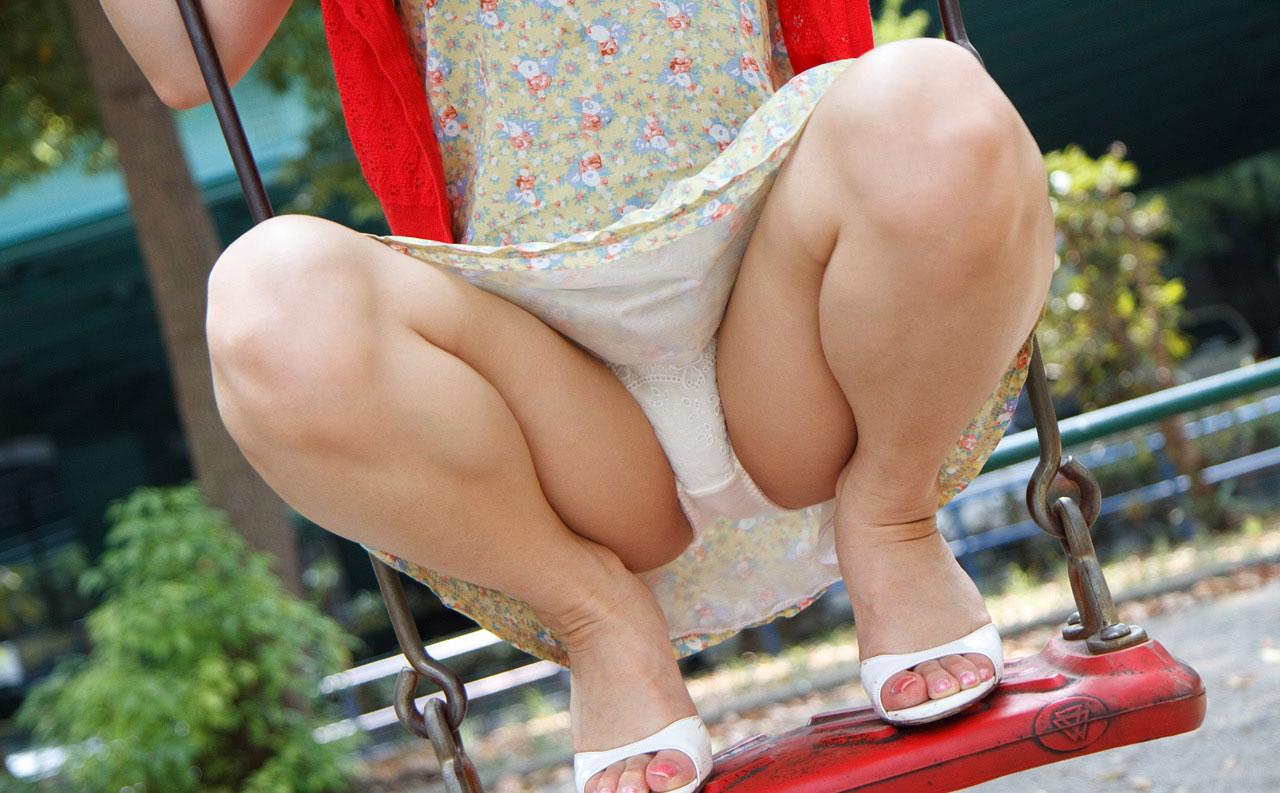 M字開脚する綺麗なお姉さんのエロ画像 76