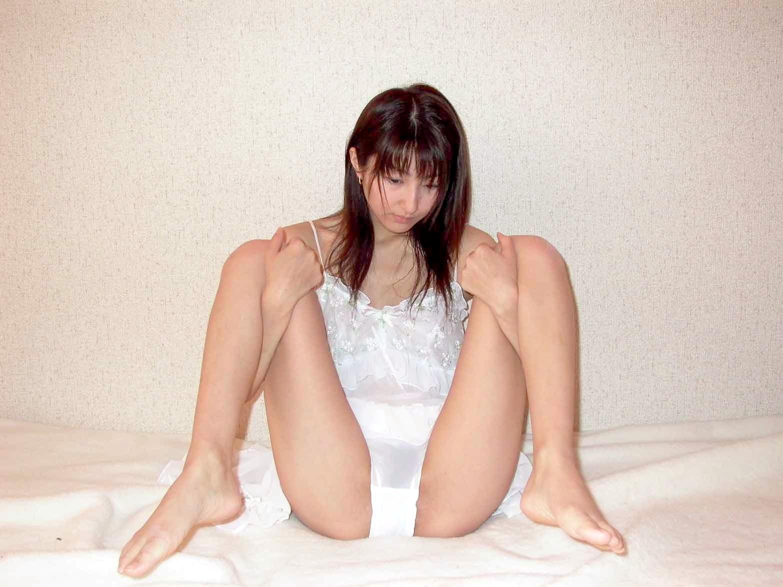 M字開脚する綺麗なお姉さんのエロ画像 86