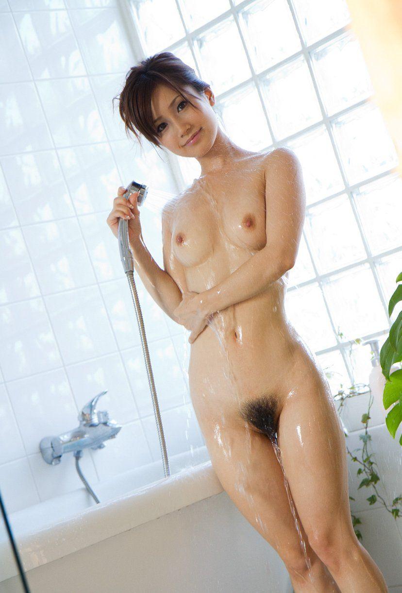 陰毛が見える全裸 画像 2