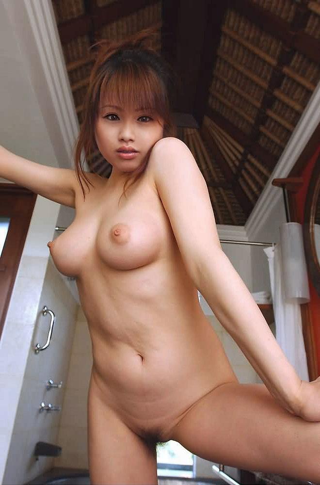 陰毛が見える全裸 画像 6