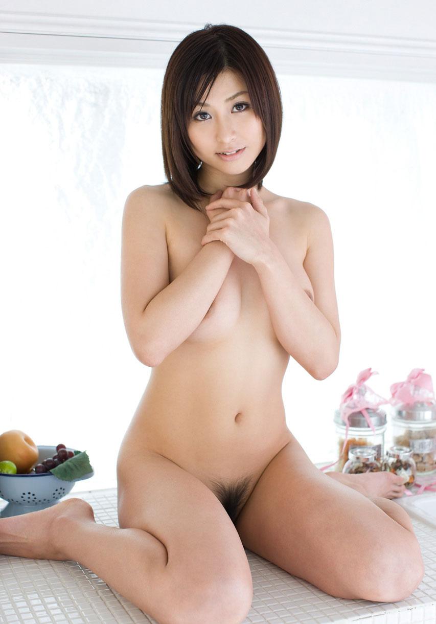 陰毛が見える全裸 画像 14
