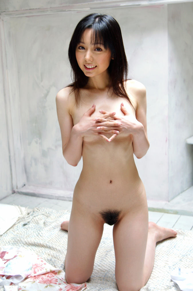 陰毛が見える全裸 画像 24