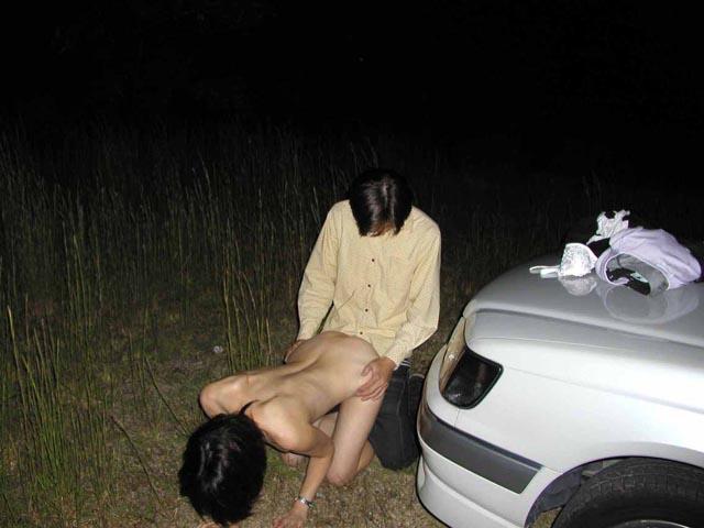 野外セックスしているバカップルのエロ画像 5