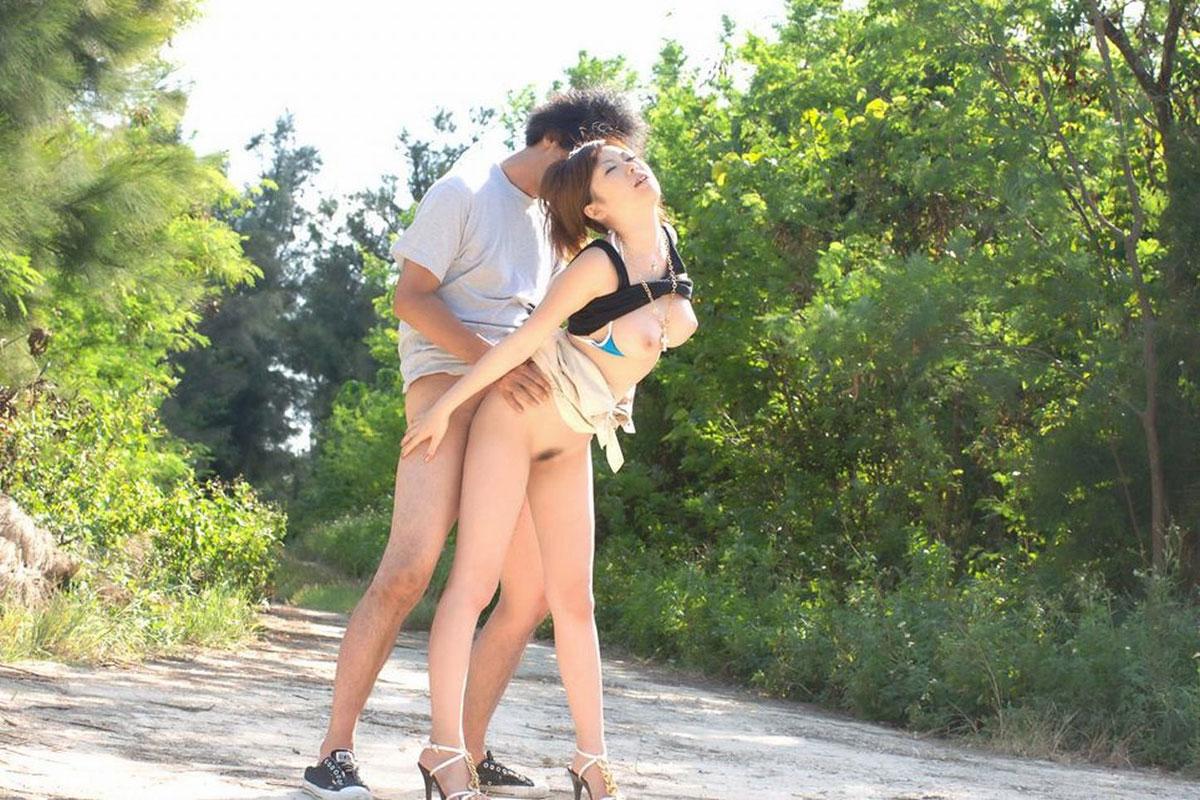野外セックスしているバカップルのエロ画像 6