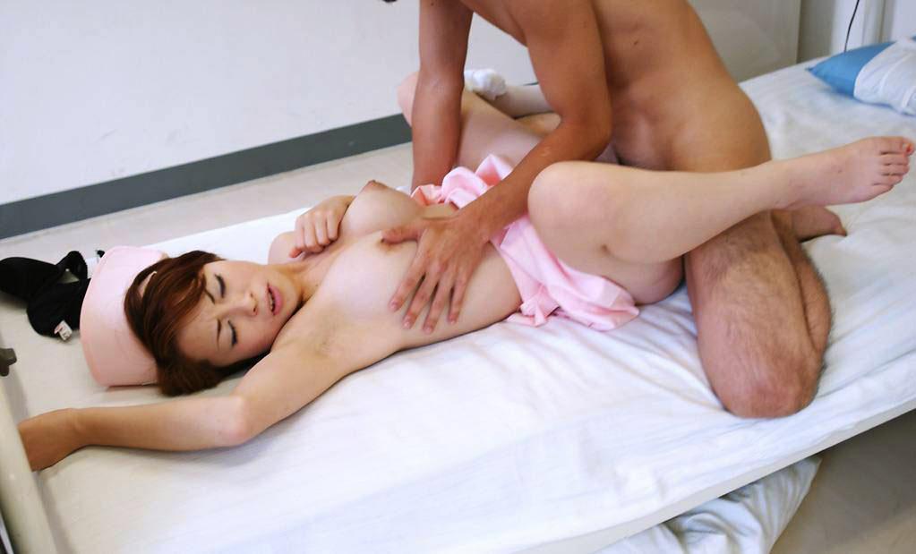若い看護婦に勃起した下半身を見せつけた結果www ナースのエロ画像 21