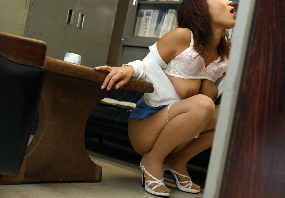 会社内でエッチなことをしているOL女子社員のエロ画像 21