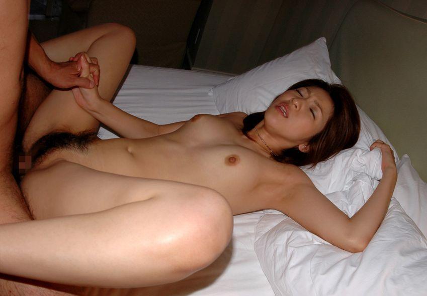 他人の彼女がアンアン悶えているセックス中のハメ撮り画像 29
