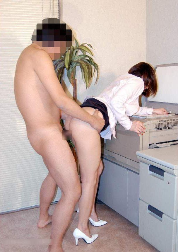 会社内でエッチなことをしているOL女子社員のエロ画像 35