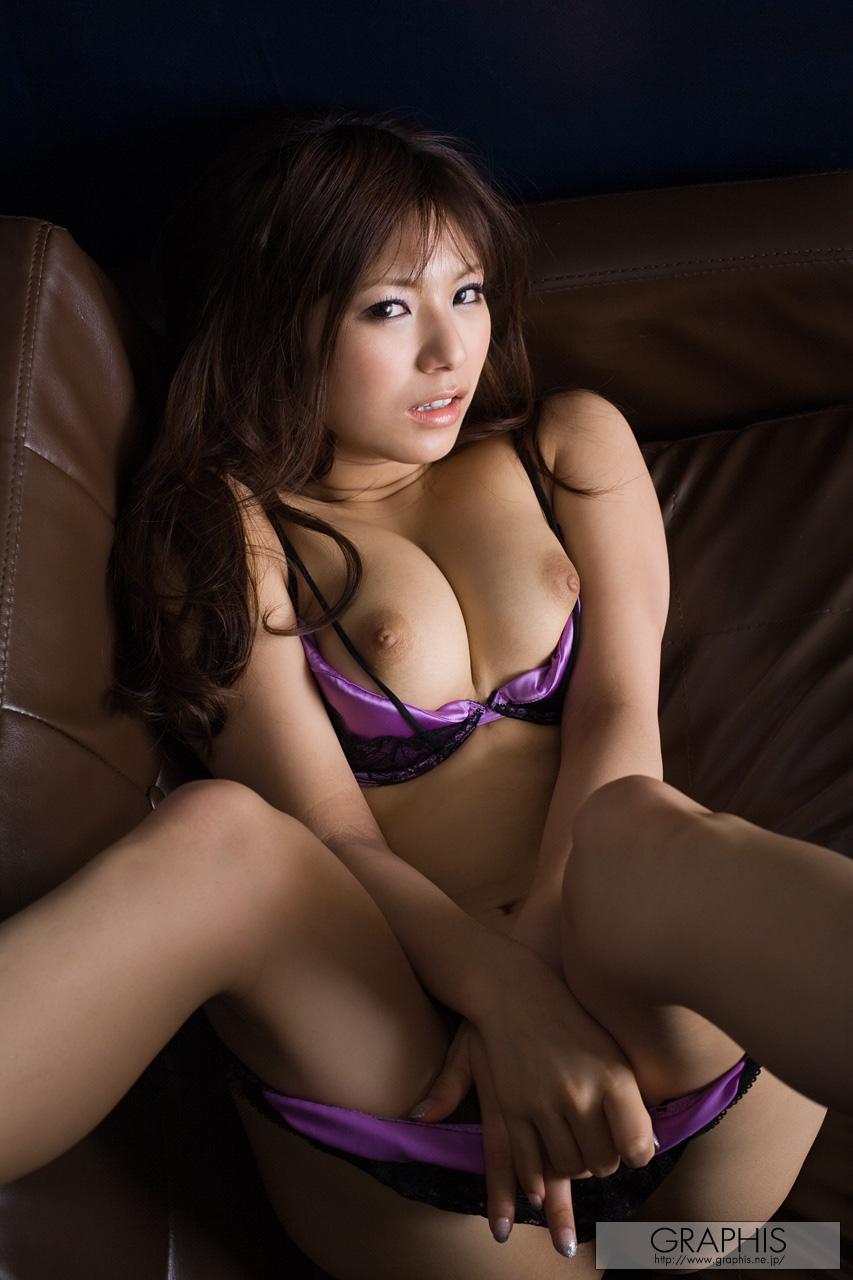M字開脚で股間をモッコリさせているお姉さんのエロ画像 41