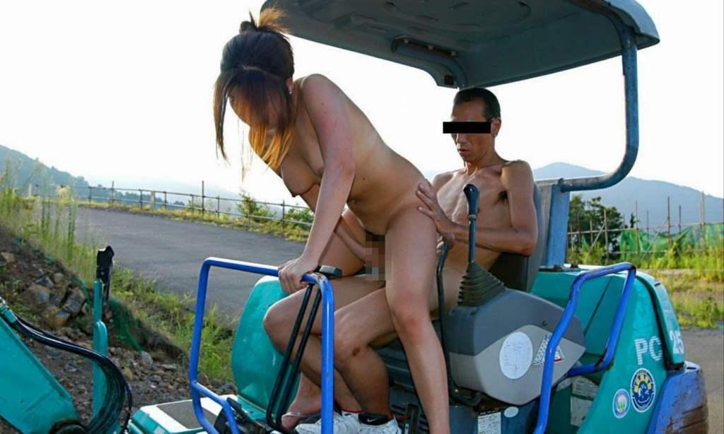 野外セックスしているバカップルのエロ画像 44
