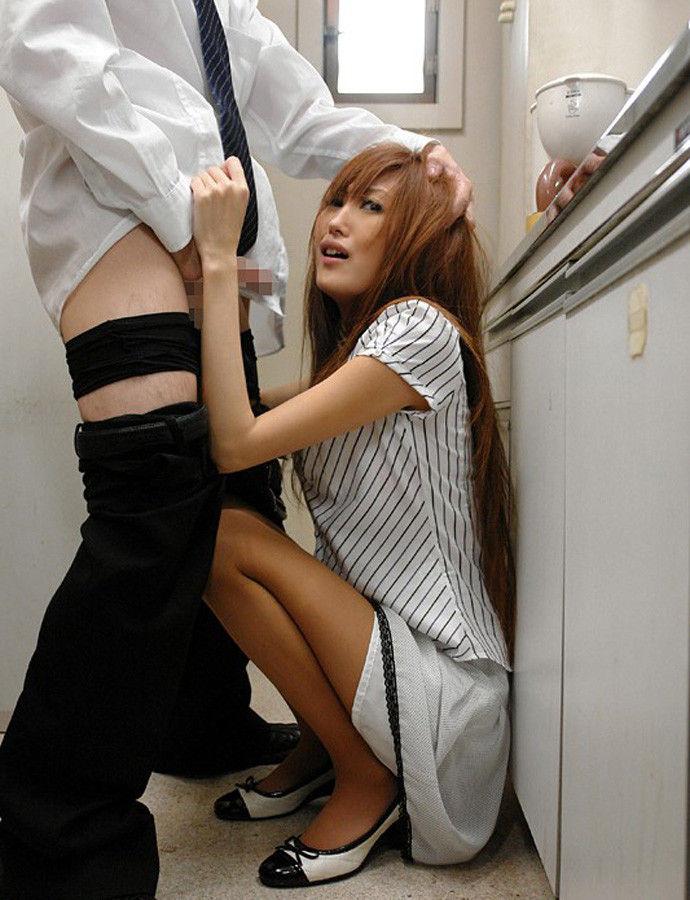 会社内でエッチなことをしているOL女子社員のエロ画像 48