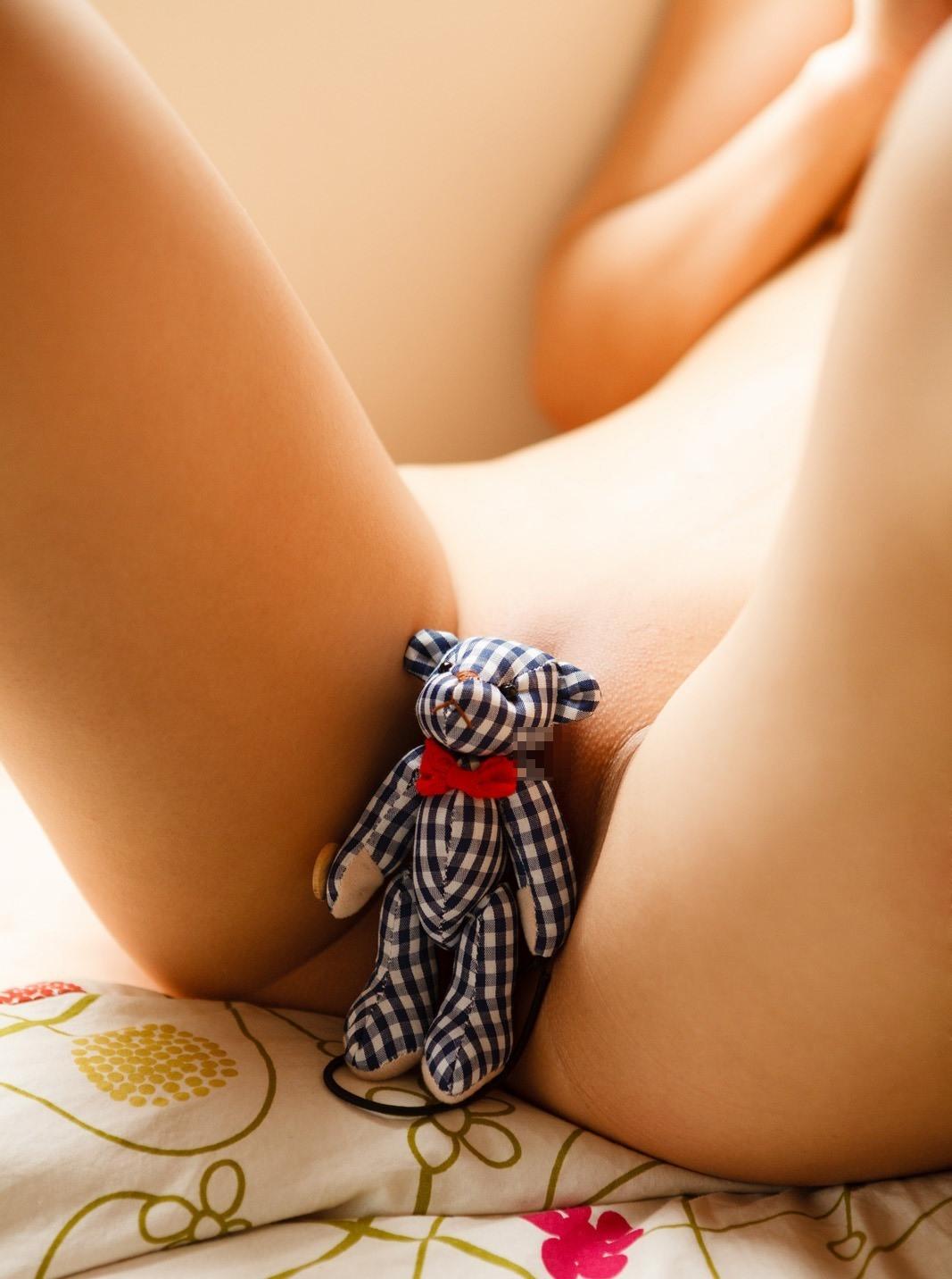 M字開脚で股間をモッコリさせているお姉さんのエロ画像 56