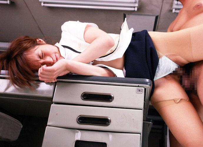 会社内でエッチなことをしているOL女子社員のエロ画像 72