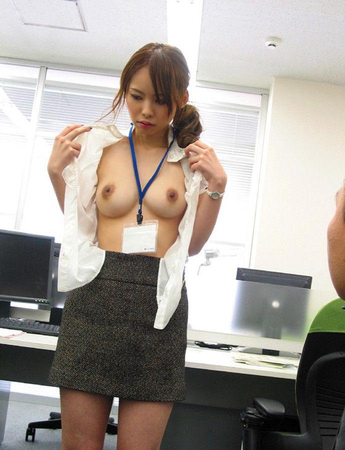 会社内でエッチなことをしているOL女子社員のエロ画像 73
