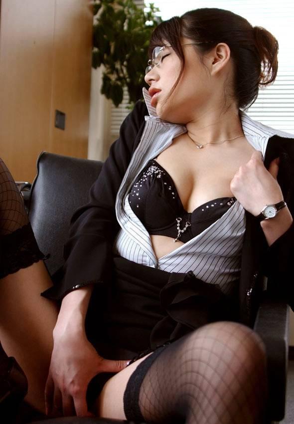 会社内でエッチなことをしているOL女子社員のエロ画像 76